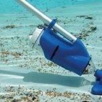 Механическая очистка бассейна подводным пылесосом