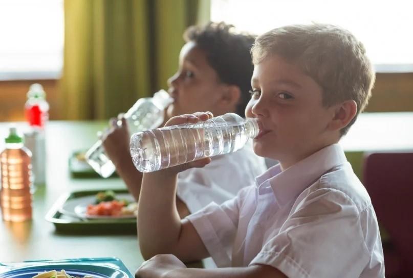 Ребенок пьет воду в школе